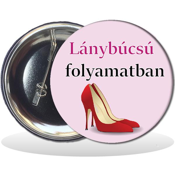 Kitűző, Lánybúcsú folyamatban felirattal, magassarkú cipővel, 58mm